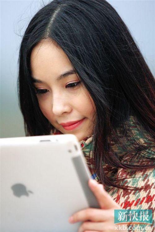 13岁开始写小说、16岁出版第一本小说集、17岁成为中国作家协会最年轻的会员、18岁召集几十名同学创办动漫工作室、20岁出头和工作室成员创作的剧本被改编成热门动画在央视及多家省级电视台热播……这些不寻常的经历都属于一个看上去有些腼腆柔弱的美丽女孩—王虹虹。
