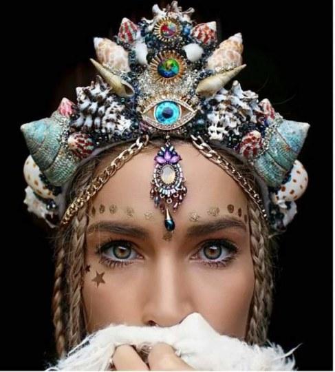 少女心爆棚!澳大利亚少女自制手工贝壳王冠