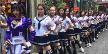 """上百""""女仆""""占领上海天桥 被城管拖走"""