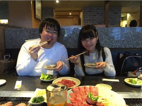 《线上老婆》作者晒幸福:出名了有美女陪吃饭!
