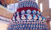 一棵堆满蓝胖子的圣诞树惊艳亮相